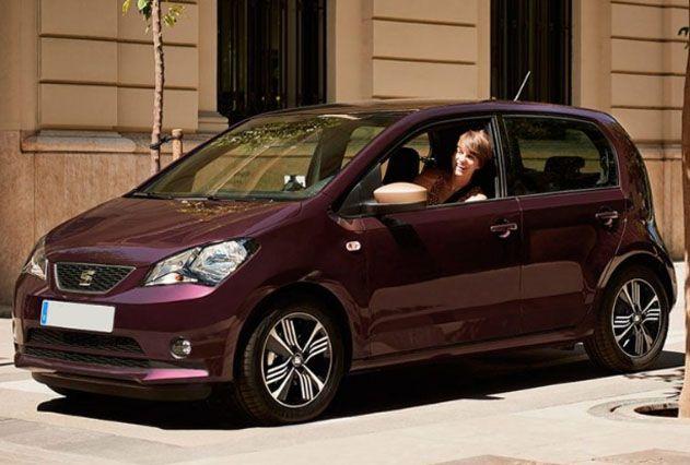 Mujer en coche Seat Mii granate exterior
