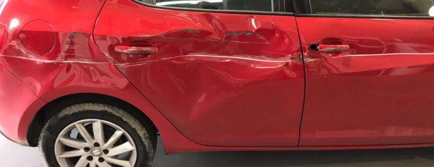 Coche roto exterior Seat rojo