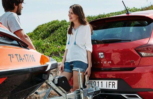 Seat Ibiza rojo dos personas hablando